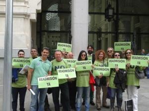 Un grupo de despedidos, frente al ayuntamiento, reclamando la readmisión